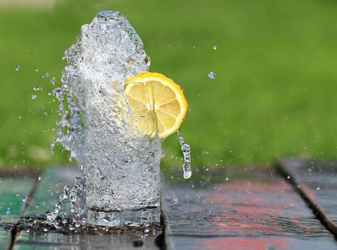 Wasser mit Zitrone am Morgen